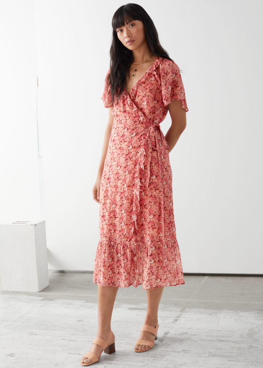 앤아더스토리즈 러플 미디 랩 드레스의 레드 플로럴컬러 ECOMLook입니다.