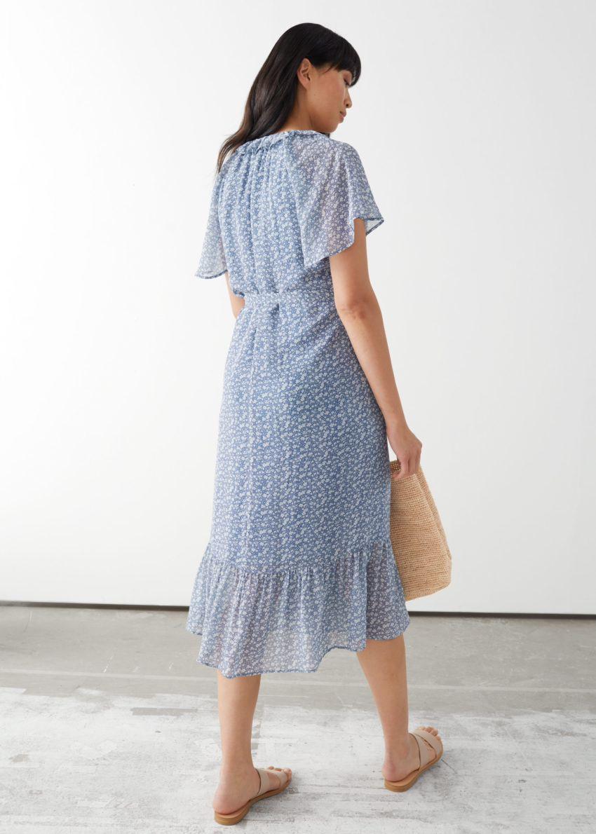 앤아더스토리즈 러플 미디 랩 드레스의 블루 플로럴컬러 ECOMLook입니다.