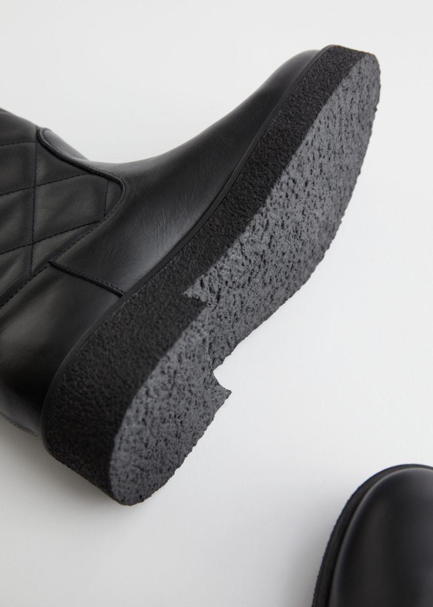 앤아더스토리즈 다이아몬드 퀼티드 레더 부츠의 블랙컬러 Detail입니다.