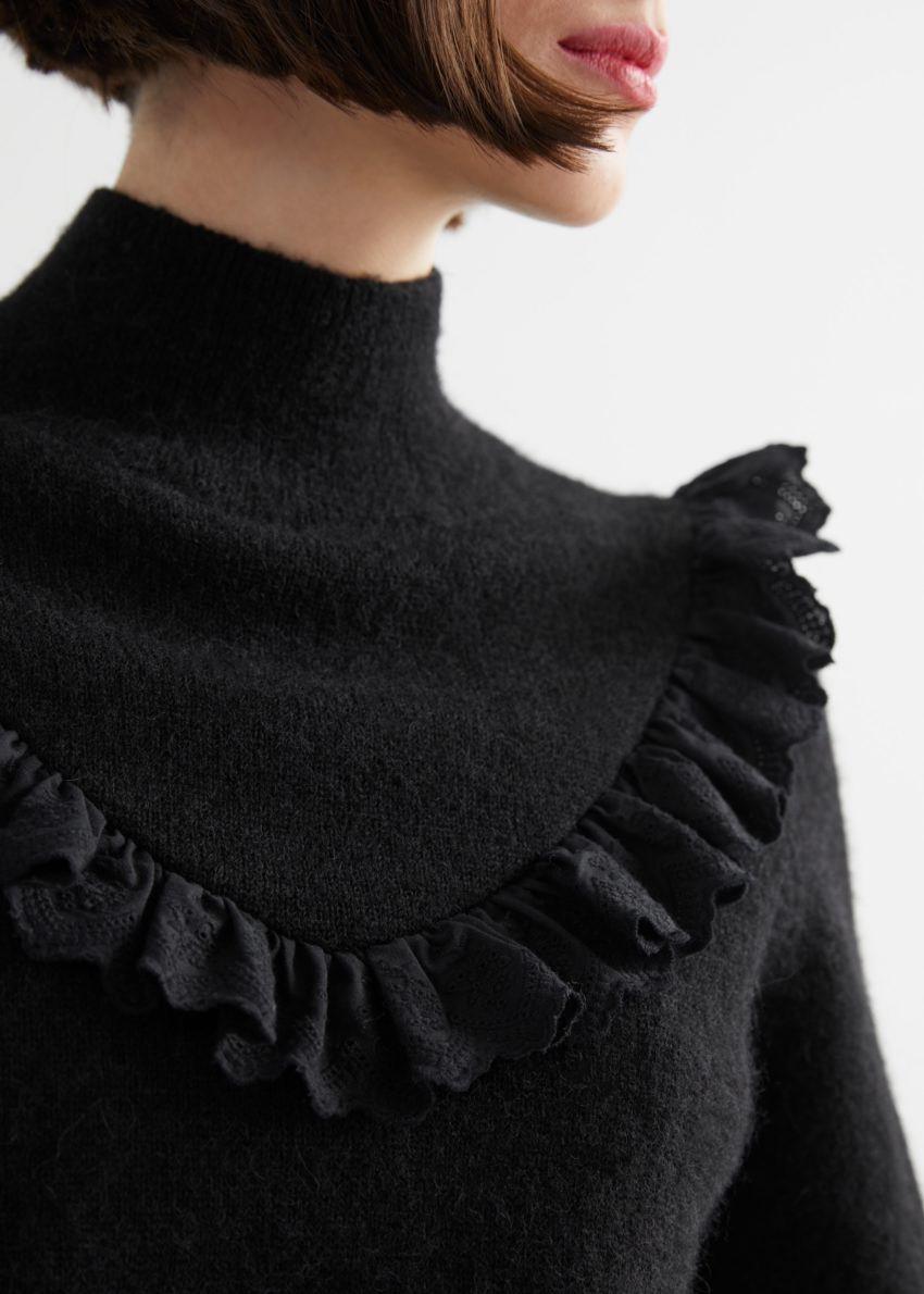 앤아더스토리즈 러플 터틀넥 니트 스웨터의 블랙컬러 ECOMLook입니다.