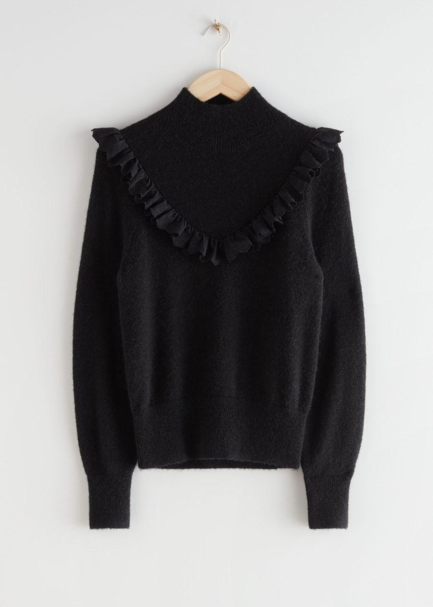 앤아더스토리즈 러플 터틀넥 니트 스웨터의 블랙컬러 Product입니다.