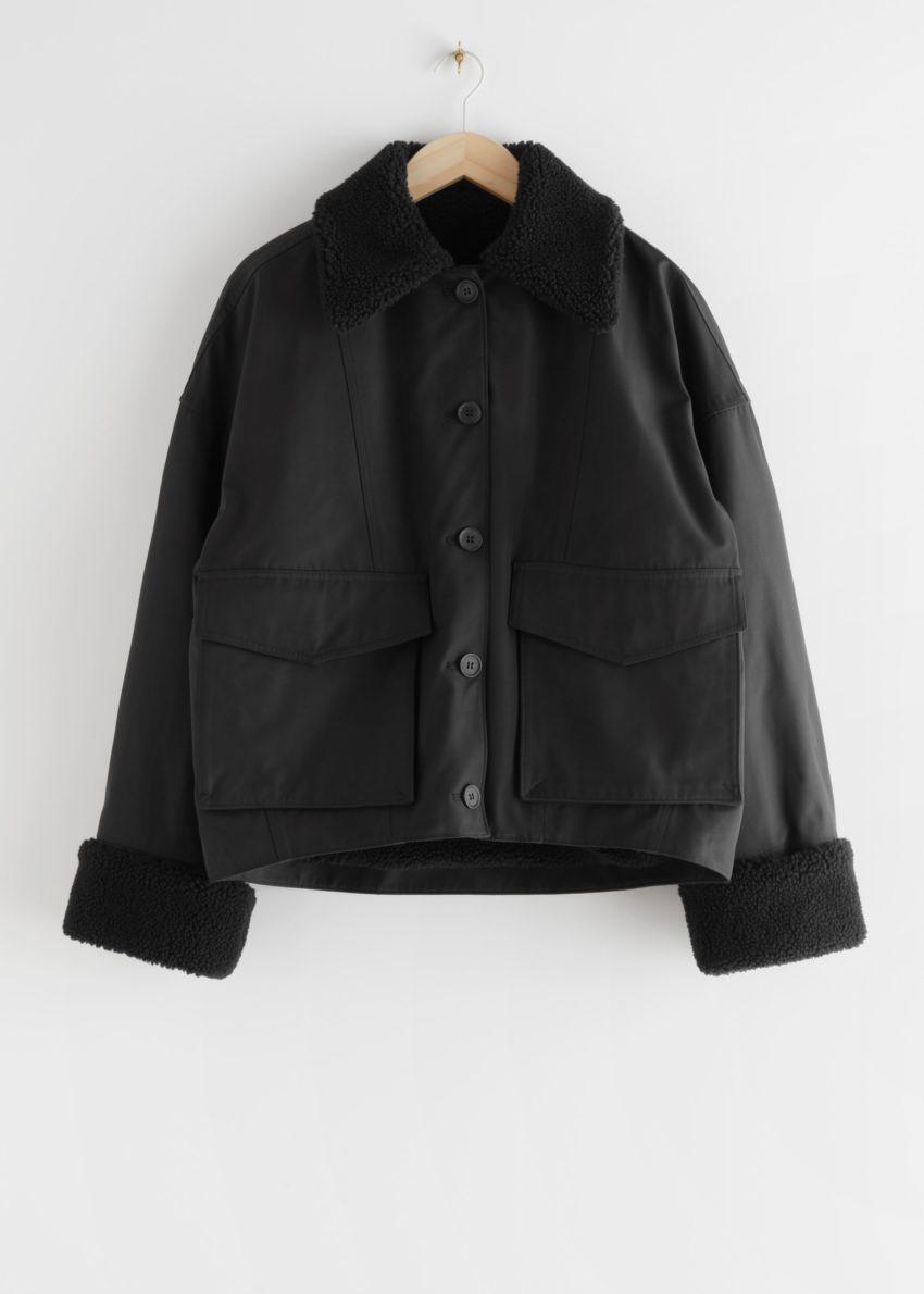 앤아더스토리즈 버튼 박시 Faux 퍼 셰르파 재킷의 블랙컬러 Product입니다.