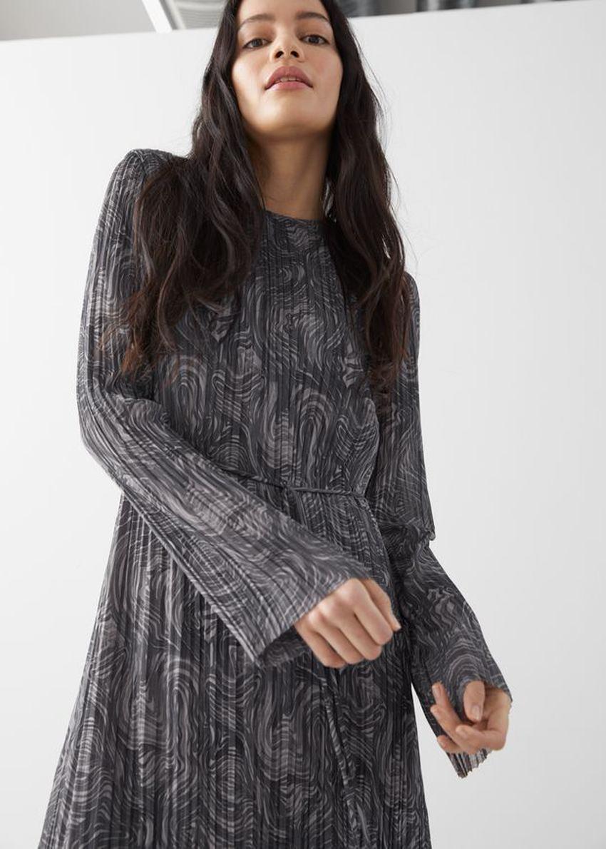 앤아더스토리즈 플리츠 벨티드 플로티 맥시 드레스의 그레이 프린트컬러 ECOMLook입니다.