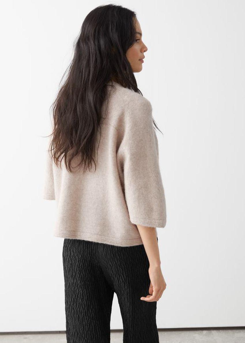 앤아더스토리즈 크롭 박시 알파카 블렌드 티셔츠의 라이트 그레이컬러 ECOMLook입니다.