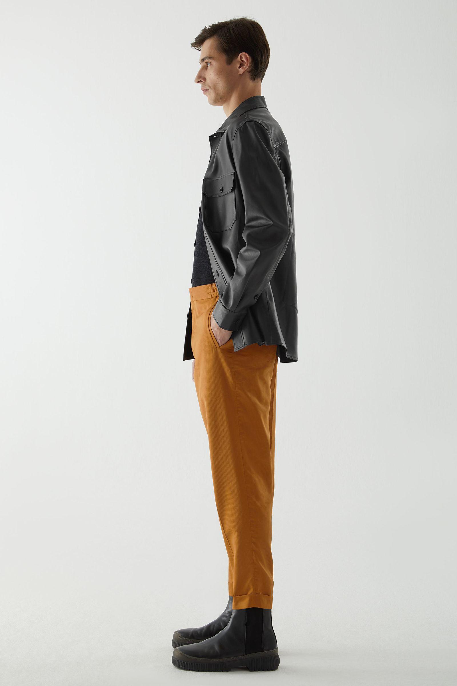 COS 오가닉 코튼 레귤러 핏 트라우저의 브라운컬러 ECOMLook입니다.