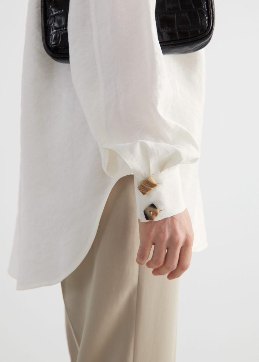 앤아더스토리즈 오버사이즈 미스매치드 버튼 셔츠의 화이트컬러 ECOMLook입니다.