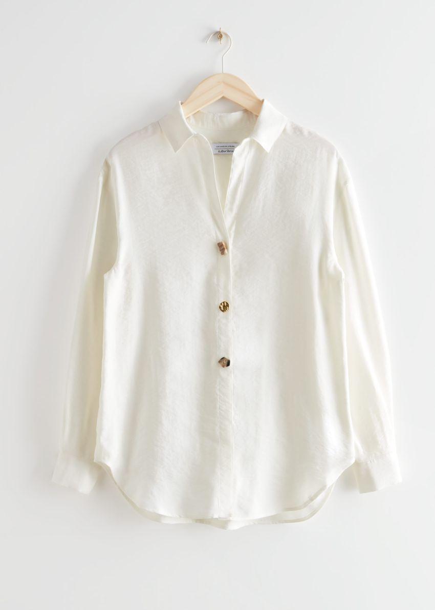 앤아더스토리즈 오버사이즈 미스매치드 버튼 셔츠의 화이트컬러 Product입니다.