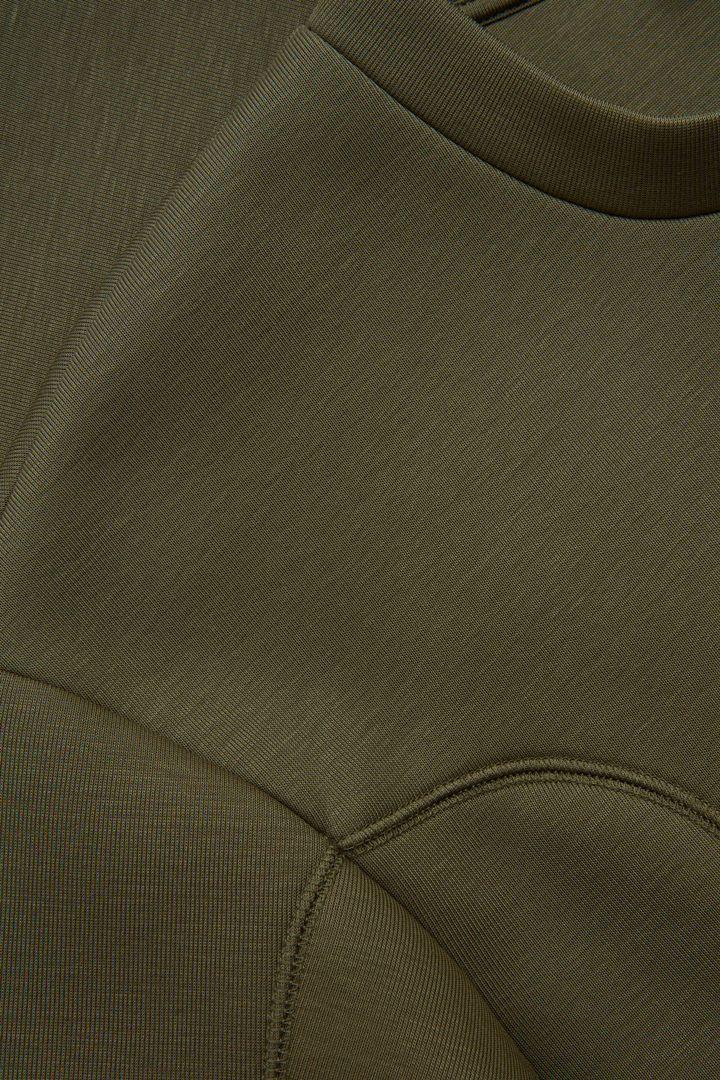 COS 라이오셀 스트럭처드 스웻셔츠의 카키컬러 Detail입니다.