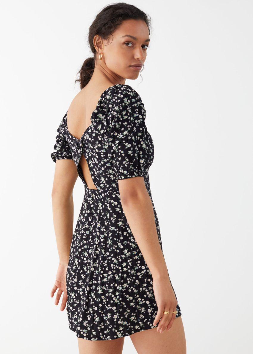 앤아더스토리즈 퍼프 슬리브 미니 드레스의 블랙 프린트컬러 ECOMLook입니다.