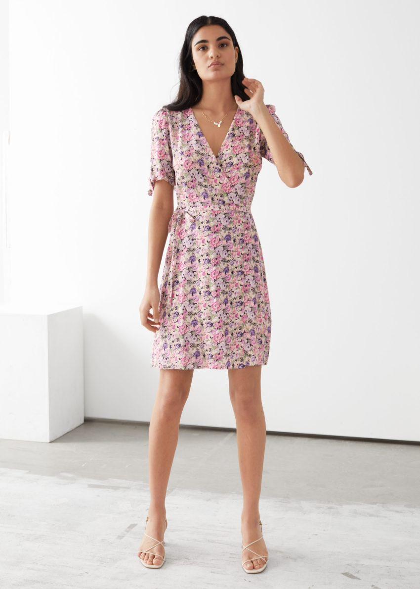 앤아더스토리즈 미니 랩 드레스의 핑크 플로럴컬러 ECOMLook입니다.