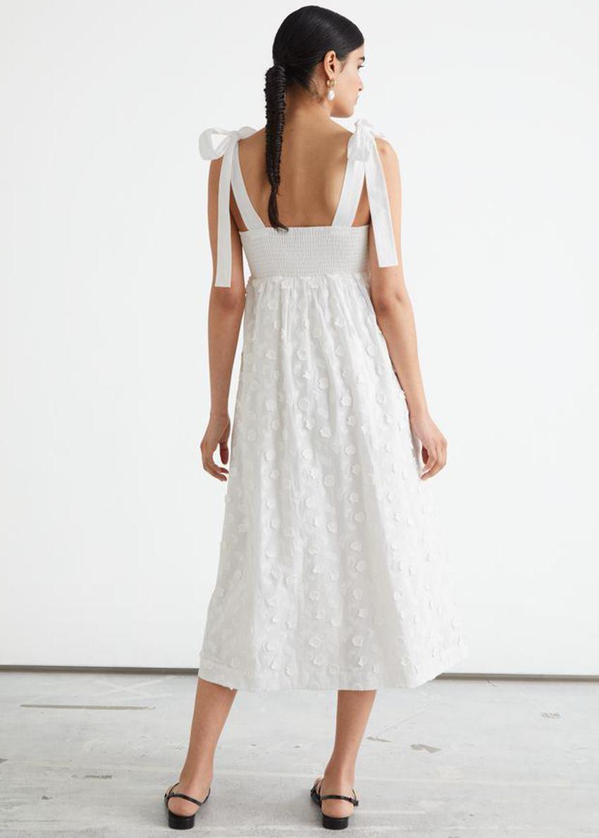 앤아더스토리즈 플로럴 엠브로이더리 드레스의 화이트컬러 ECOMLook입니다.