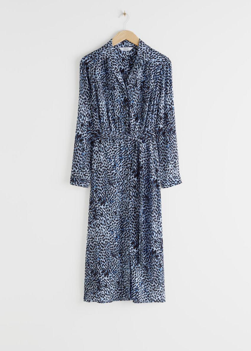 앤아더스토리즈 벨티드 애니멀 프린트 미디 드레스의 블루컬러 Product입니다.