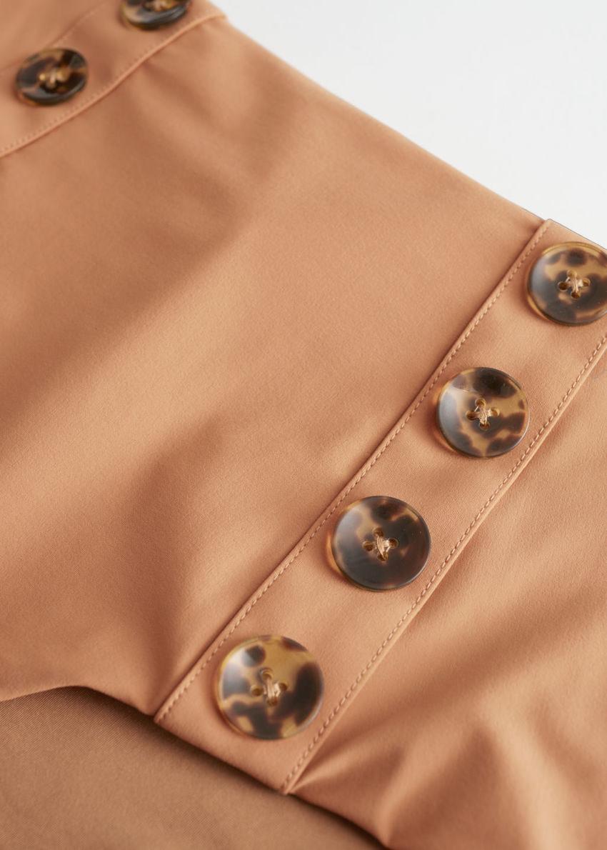 앤아더스토리즈 하이 웨이스트 버튼 비키니 브리프의 브라운컬러 Detail입니다.