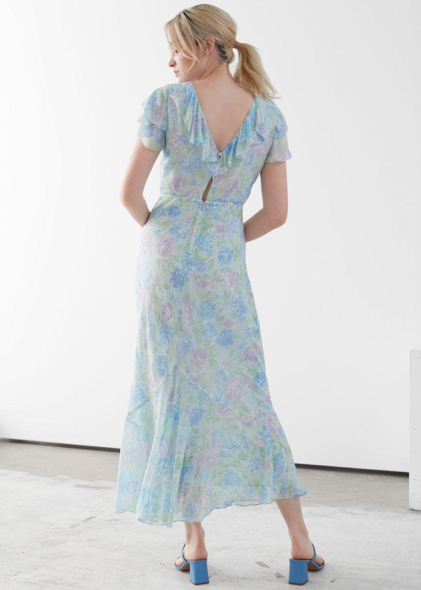 앤아더스토리즈 바이어스 컷 러플 맥시 드레스의 블루 플로럴컬러 ECOMLook입니다.