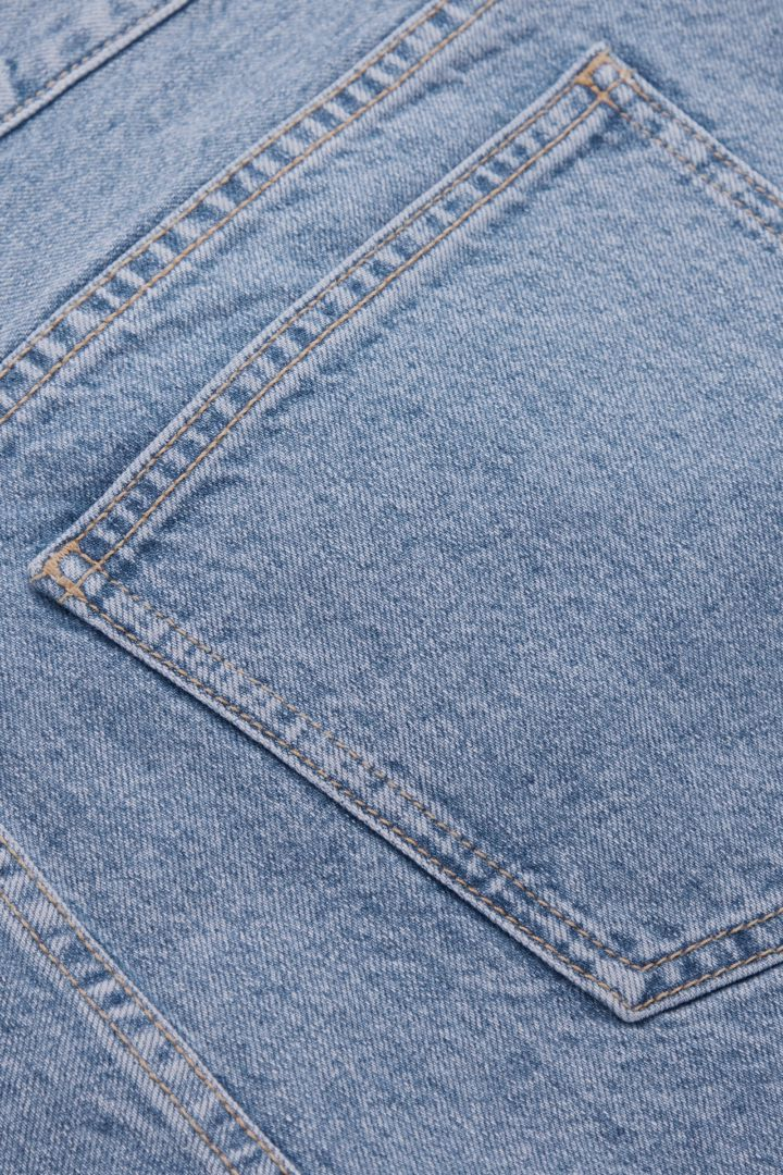 COS 릴랙스드 핏 데님 쇼츠의 라이트 블루컬러 Detail입니다.