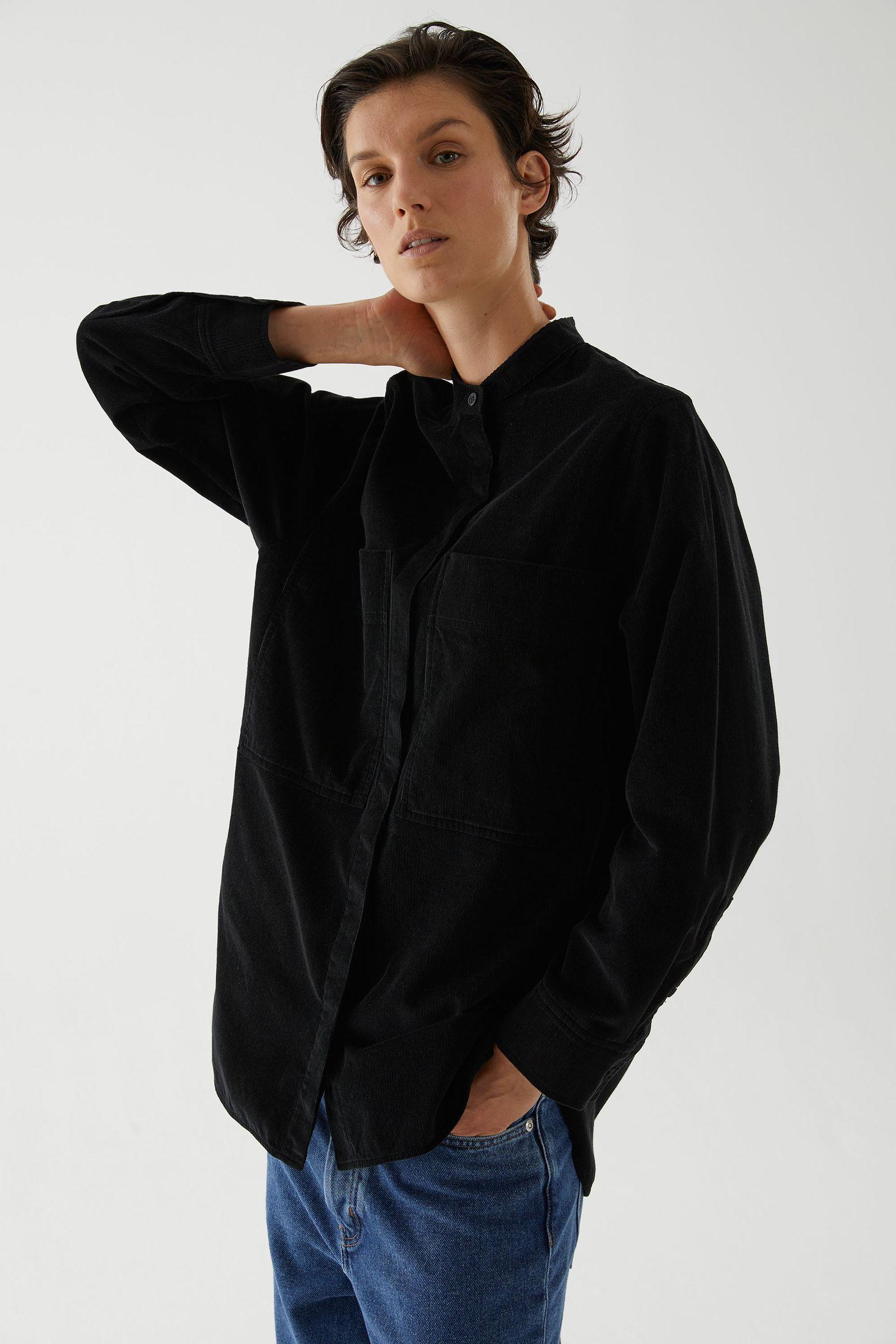 COS 오버사이즈 코튼 셔츠의 블랙컬러 ECOMLook입니다.