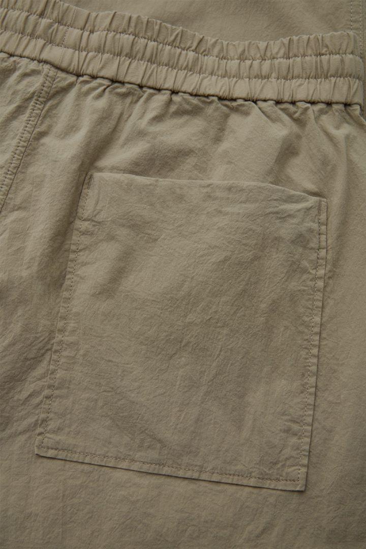COS 슬림핏 코튼 트라우저의 그린컬러 Detail입니다.