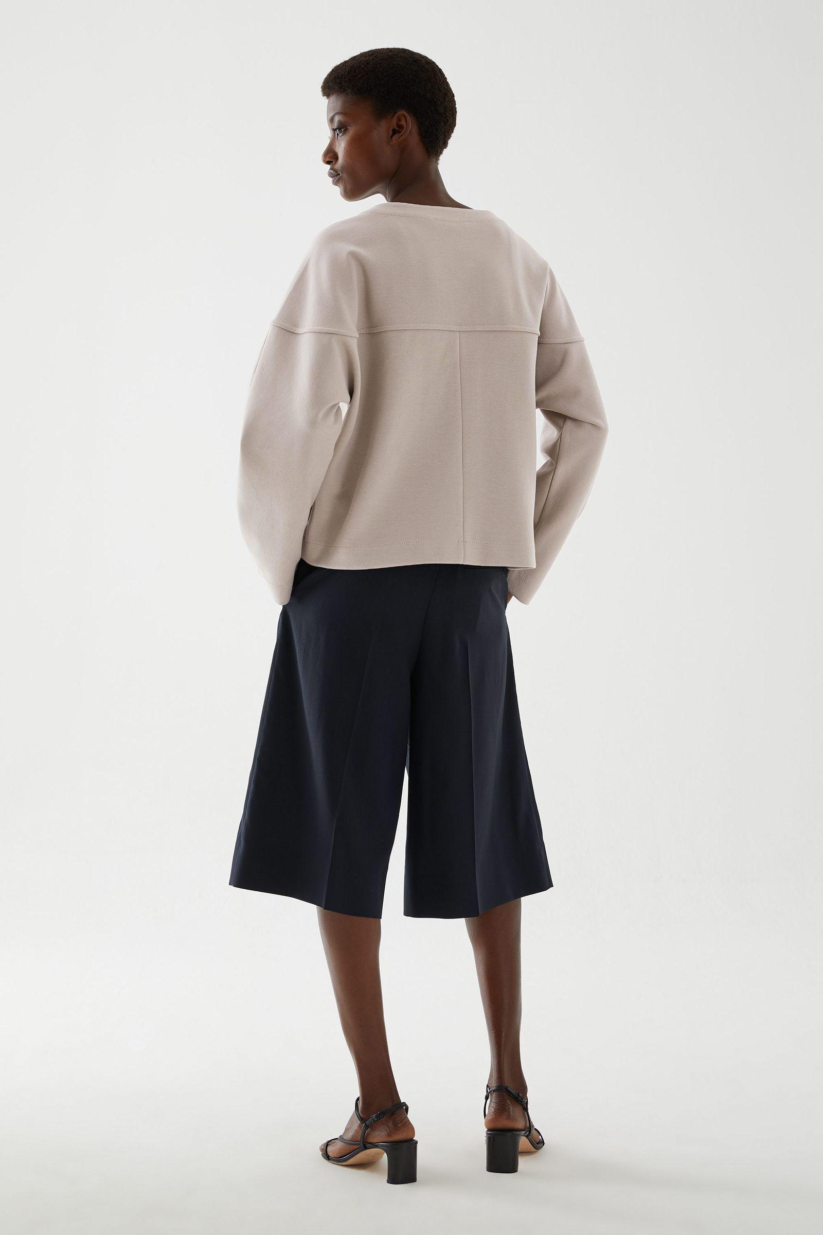 COS 릴랙스드 코튼 믹스 재킷의 베이지컬러 ECOMLook입니다.