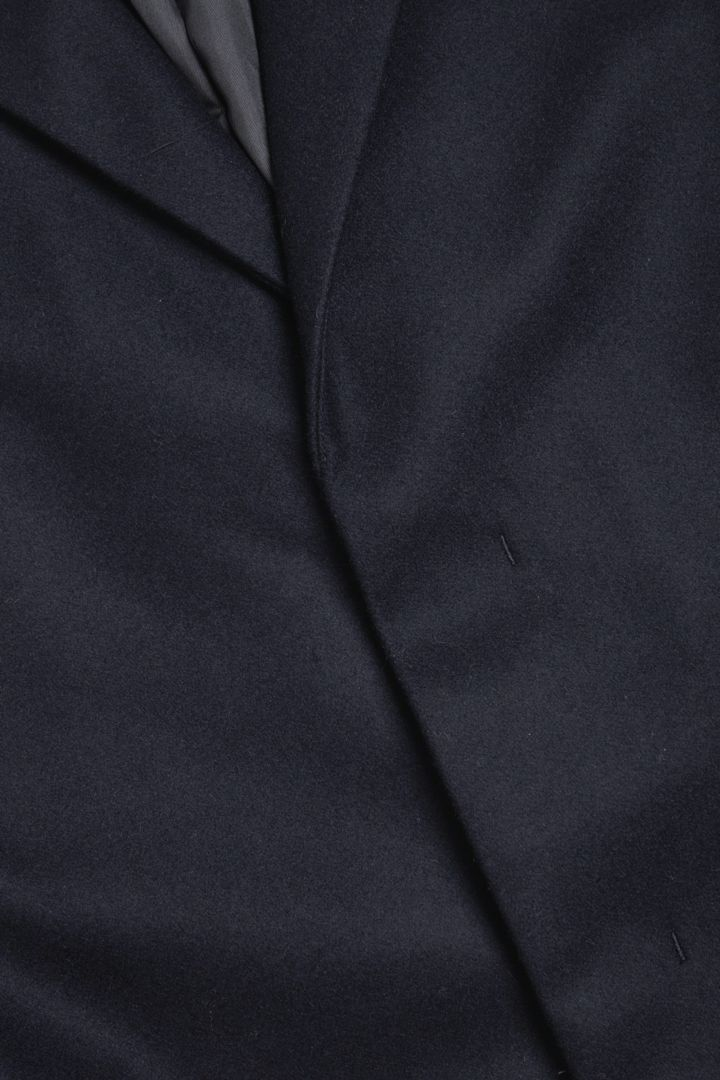 COS 울 믹스 미드 렝스 코트의 네이비컬러 Detail입니다.