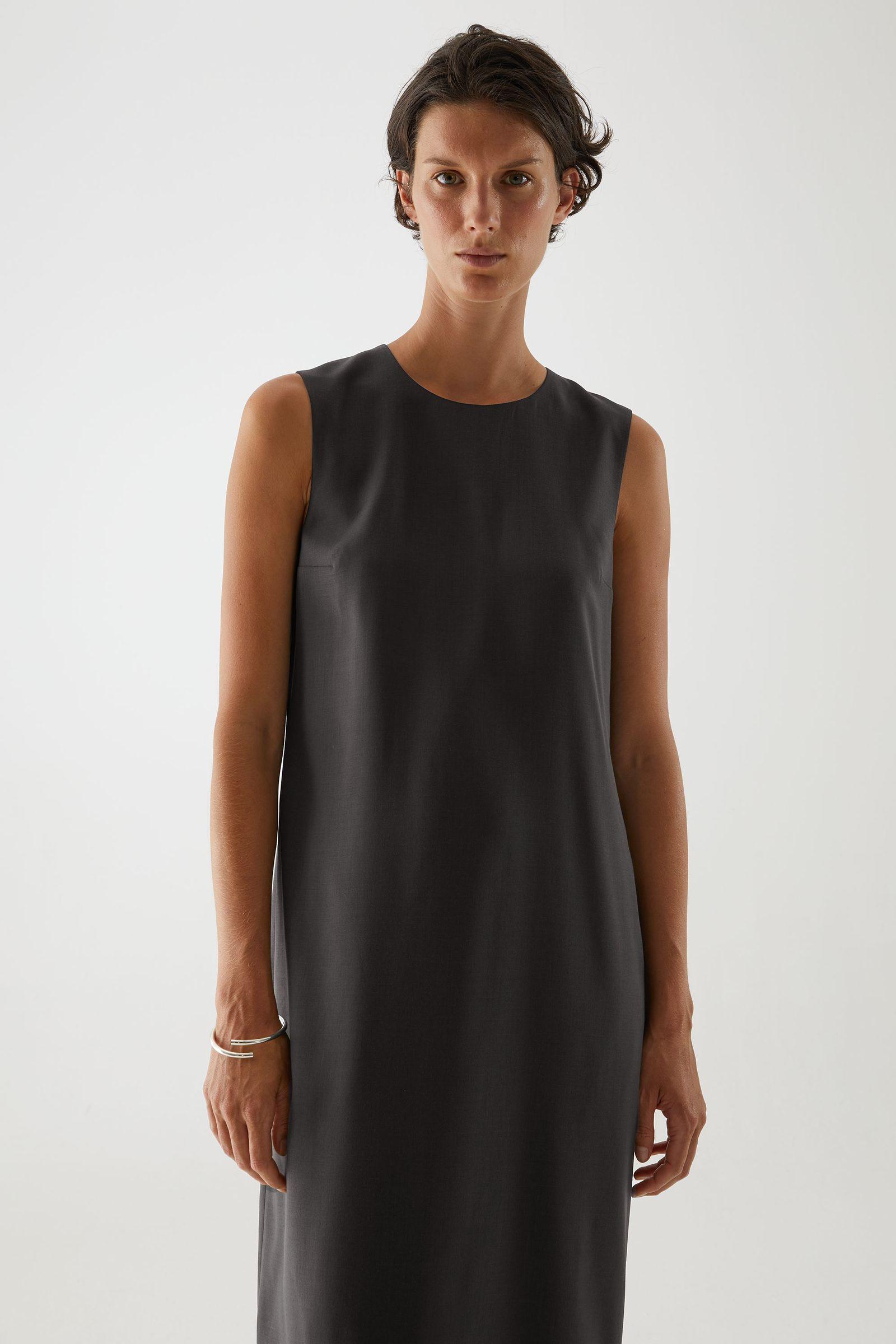 COS 울 믹스 테일러드 드레스의 다크 그레이컬러 ECOMLook입니다.