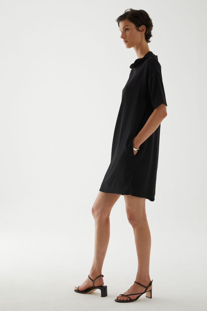 COS 카울 넥 크레이프 드레스의 블랙컬러 ECOMLook입니다.