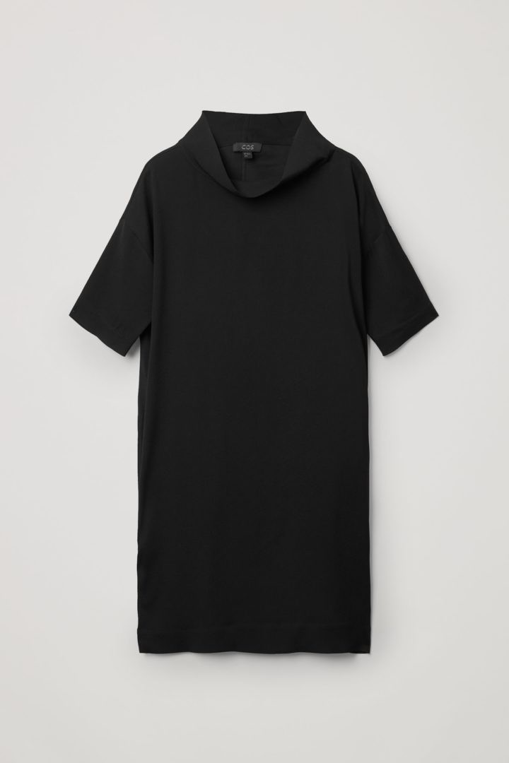 COS 카울 넥 크레이프 드레스의 블랙컬러 Product입니다.