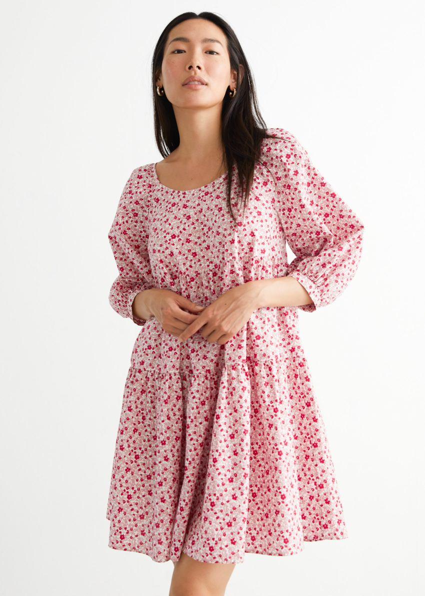 앤아더스토리즈 벌룬 슬리브 미니 드레스의 레드 플로럴컬러 ECOMLook입니다.