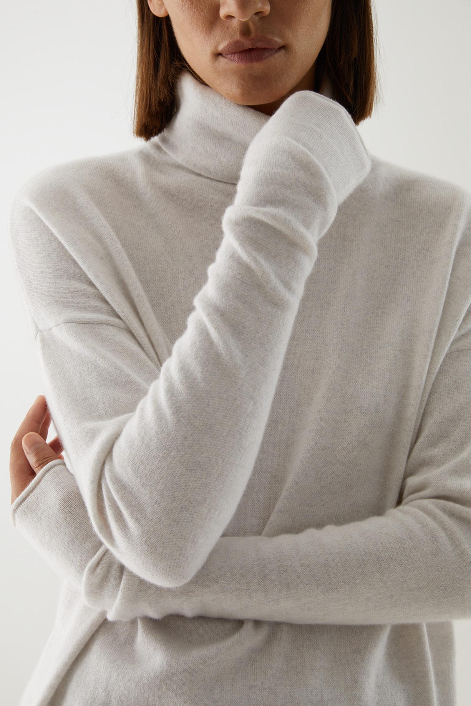 COS 롤넥 캐시미어 스웨터의 라이트 그레이컬러 ECOMLook입니다.