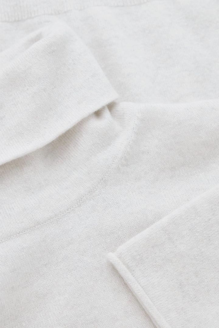 COS 롤넥 캐시미어 스웨터의 라이트 그레이컬러 Detail입니다.