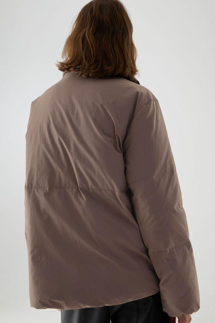 COS 패딩 푸퍼 재킷의 몰 그레이컬러 ECOMLook입니다.