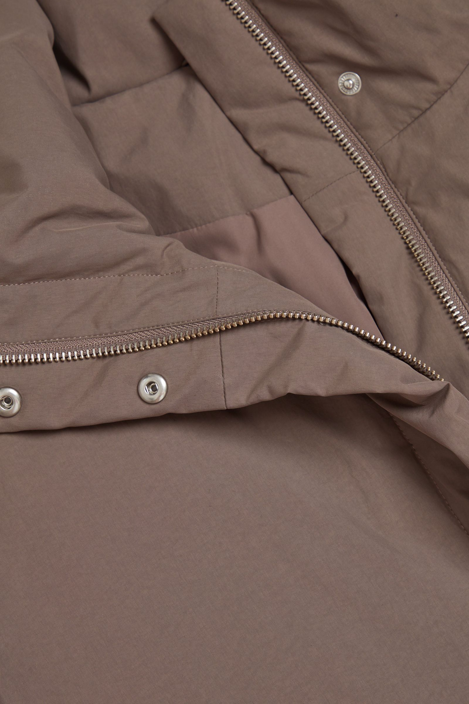 COS 패딩 푸퍼 재킷의 몰 그레이컬러 Detail입니다.