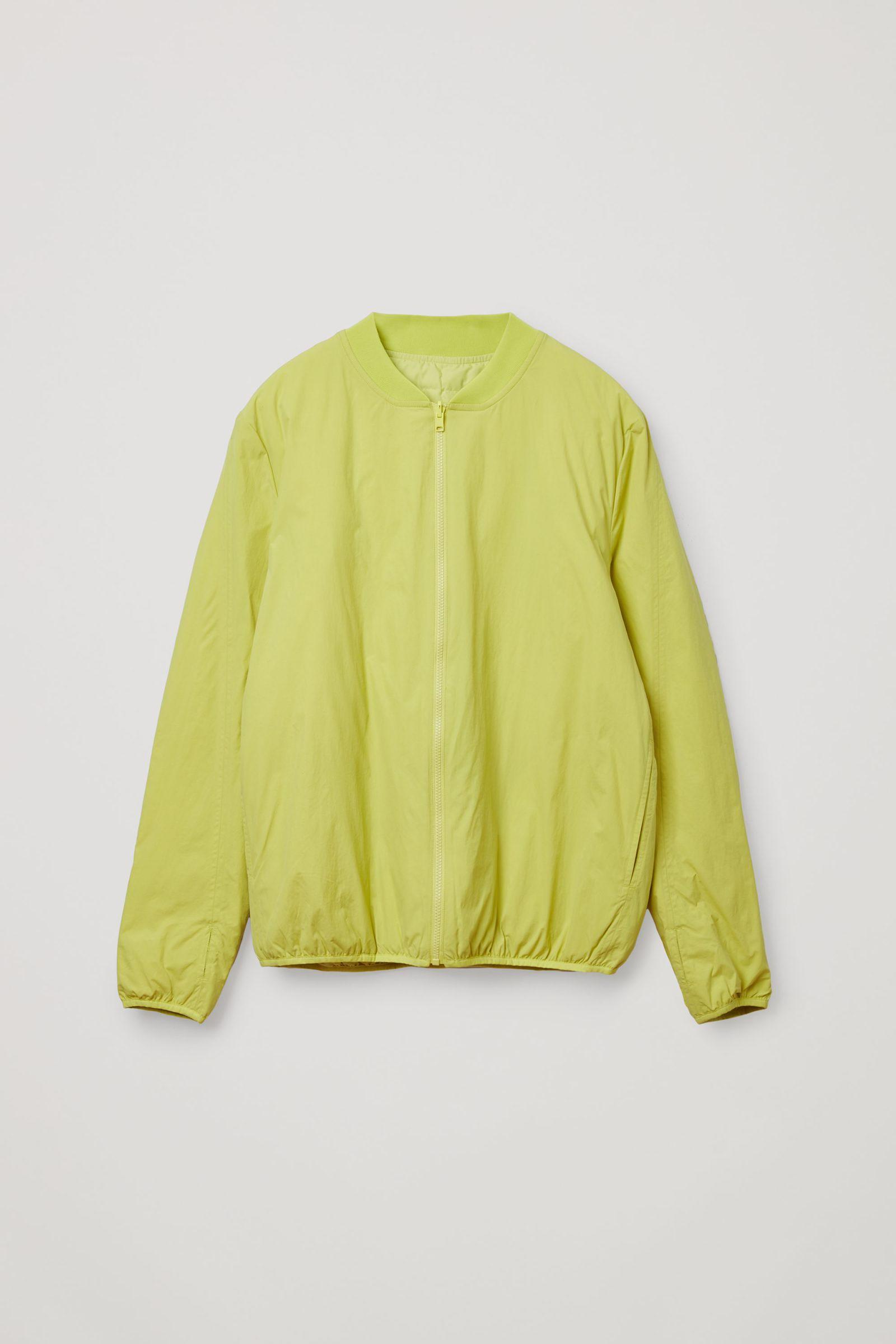 COS 리사이클 패딩 집업 봄버 재킷의 옐로우컬러 Product입니다.