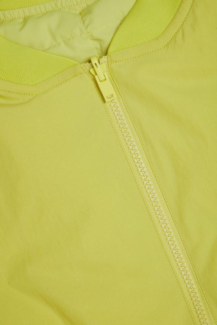 COS 리사이클 패딩 집업 봄버 재킷의 옐로우컬러 Detail입니다.