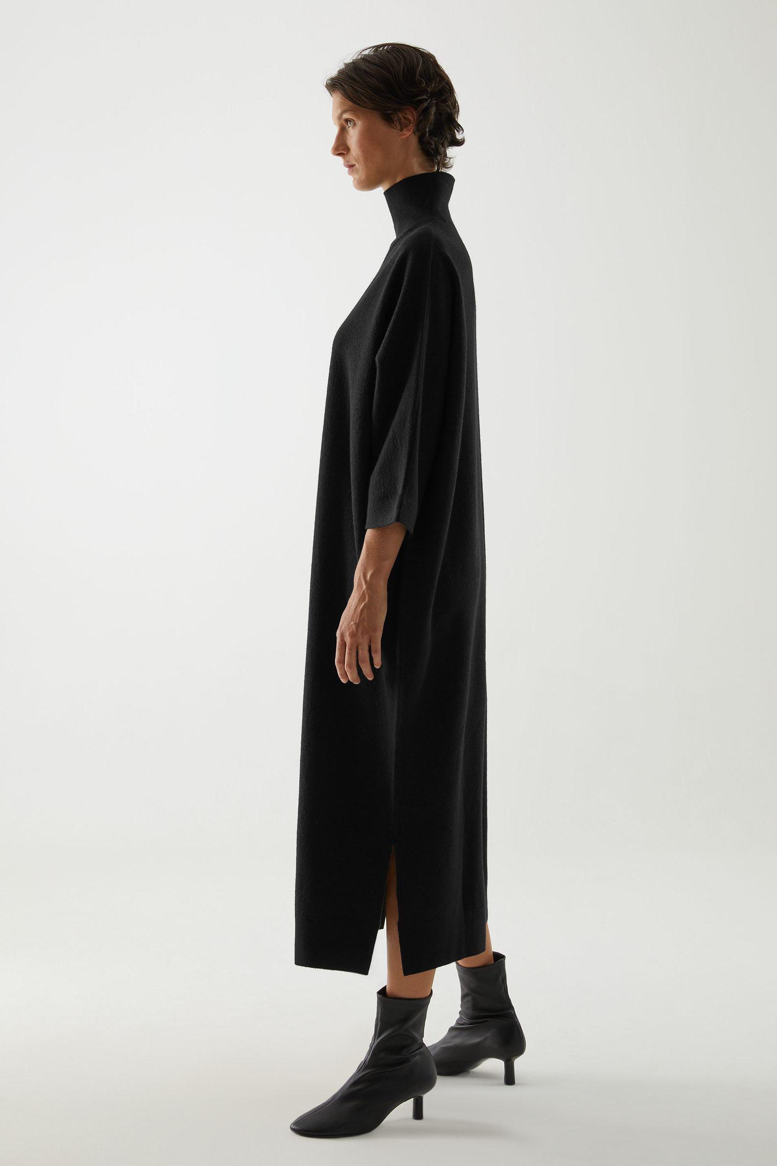COS 메리노 울 롤넥 니티드 맥시 드레스의 블랙컬러 ECOMLook입니다.