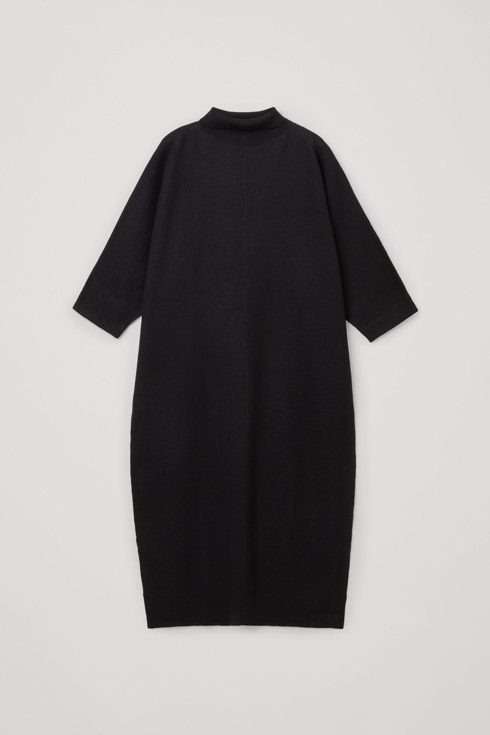 COS 메리노 울 롤넥 니티드 맥시 드레스의 블랙컬러 Product입니다.