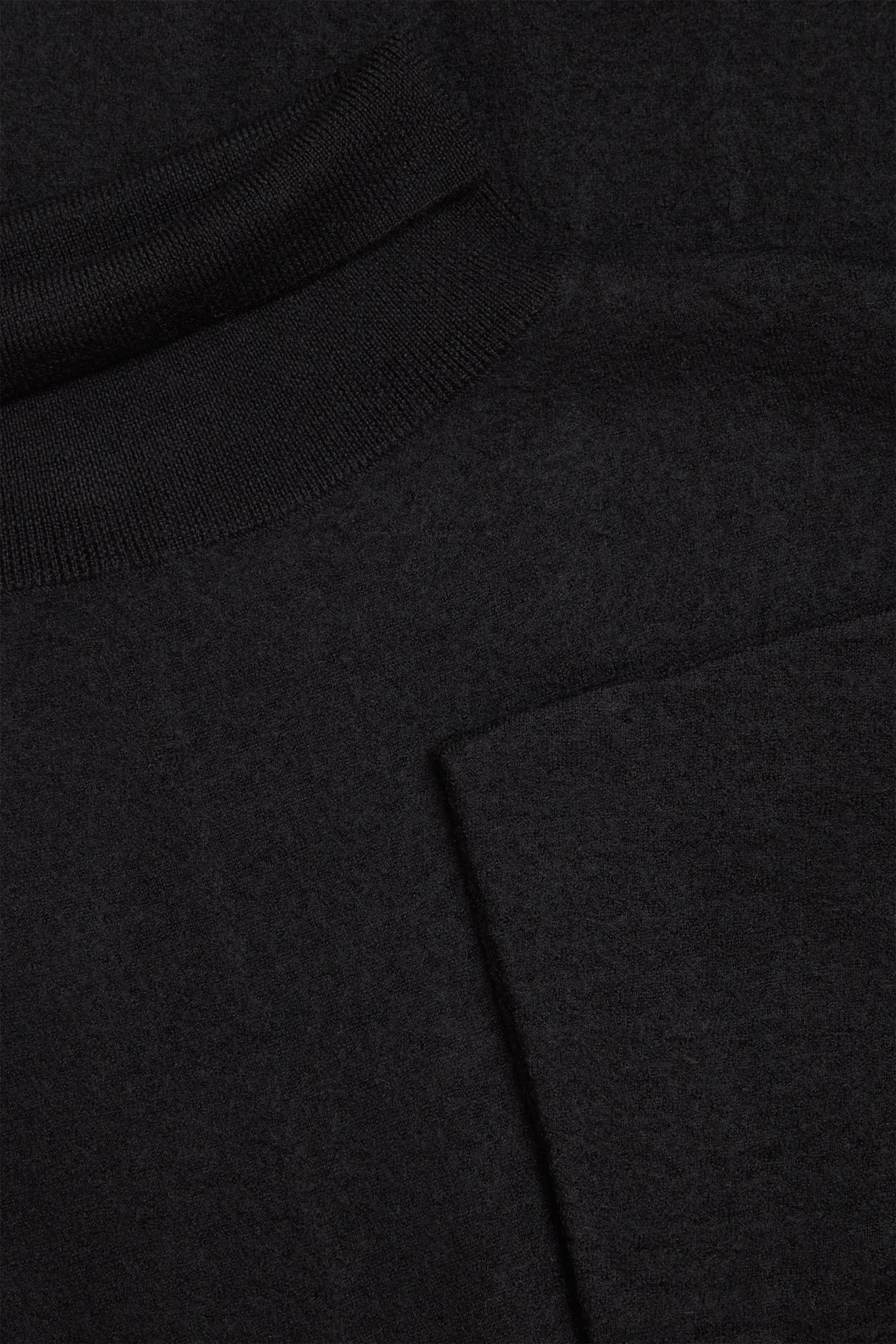 COS 메리노 울 롤넥 니티드 맥시 드레스의 블랙컬러 Detail입니다.