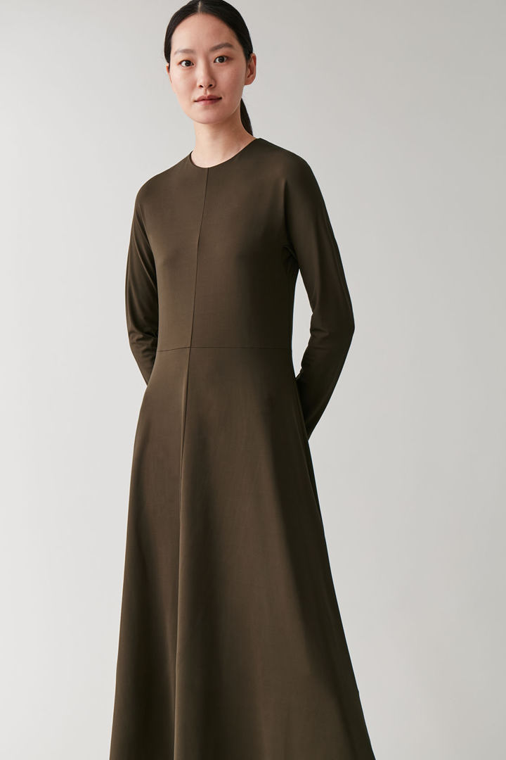 COS 롱 슬림 핏 드레스의 브라운컬러 ECOMLook입니다.