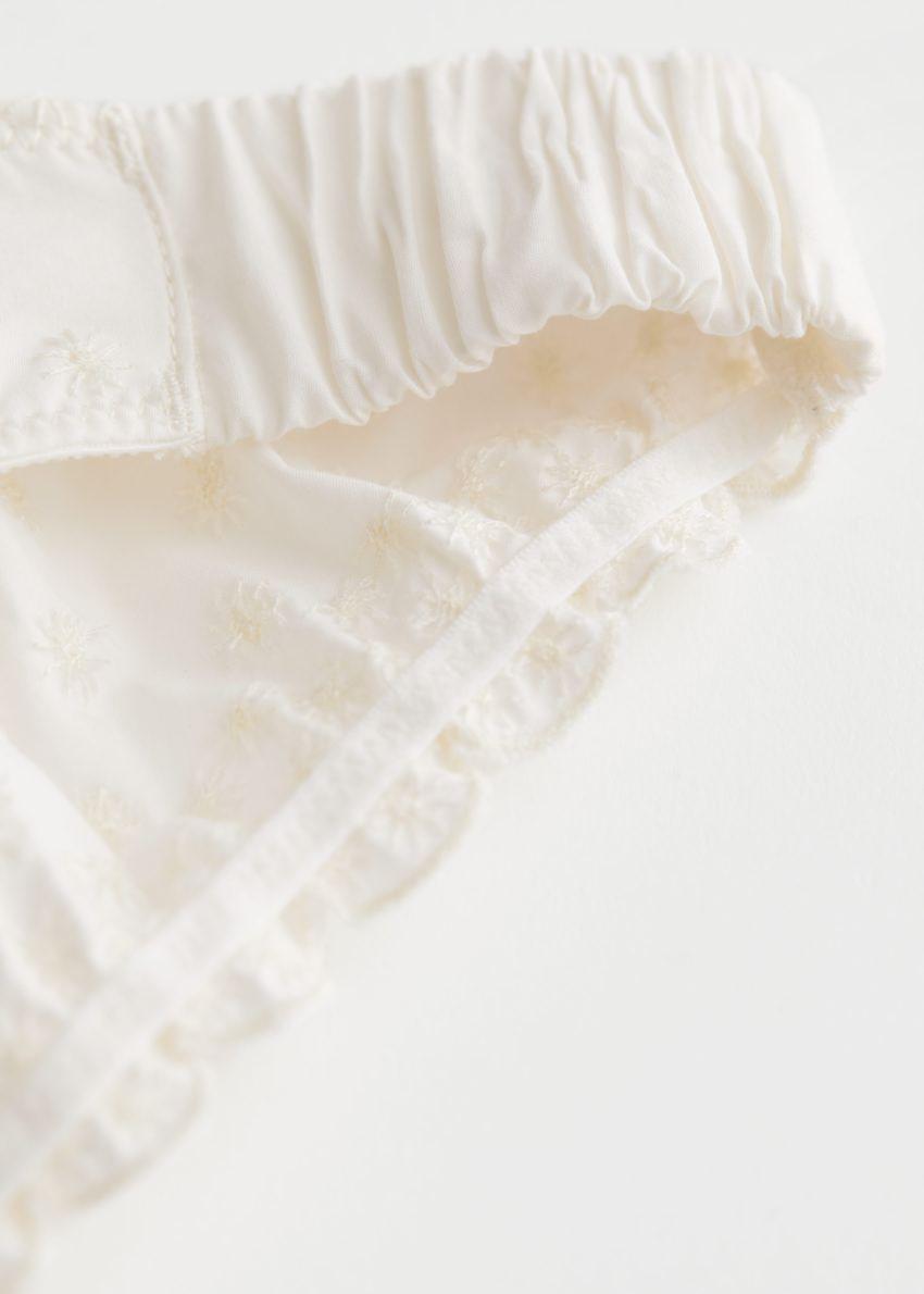 앤아더스토리즈 아일렛 엠브로이더리 브리프의 화이트컬러 Detail입니다.