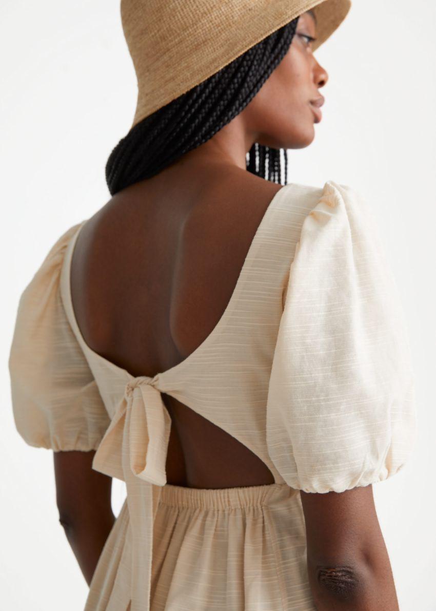 앤아더스토리즈 퍼프 슬리브 미디 드레스의 크림컬러 ECOMLook입니다.