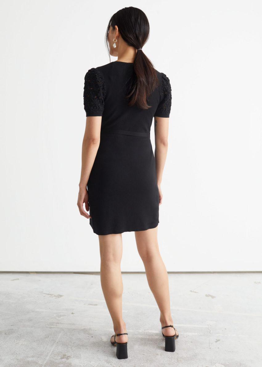 앤아더스토리즈 크로셰 미니 랩 드레스의 블랙컬러 ECOMLook입니다.