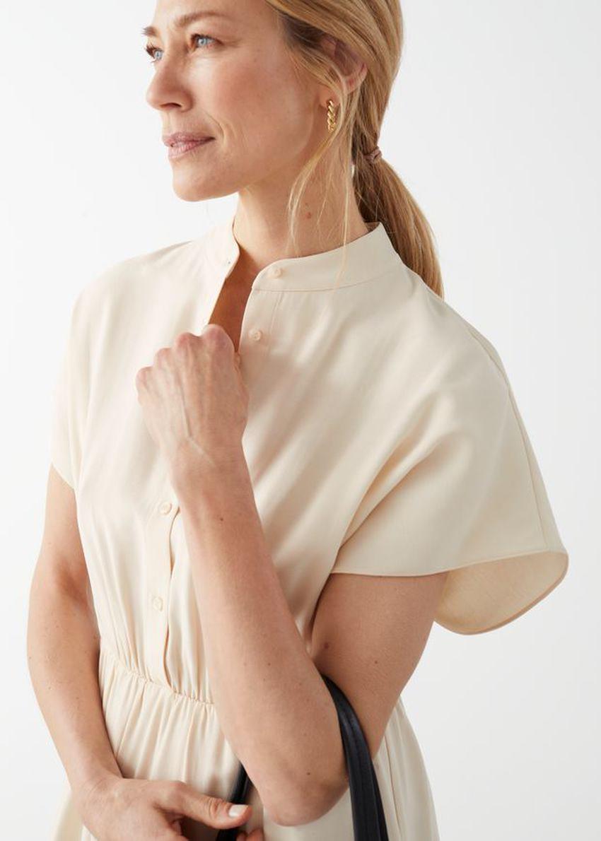 앤아더스토리즈 릴렉스드 버튼 미니 드레스의 베이지컬러 ECOMLook입니다.