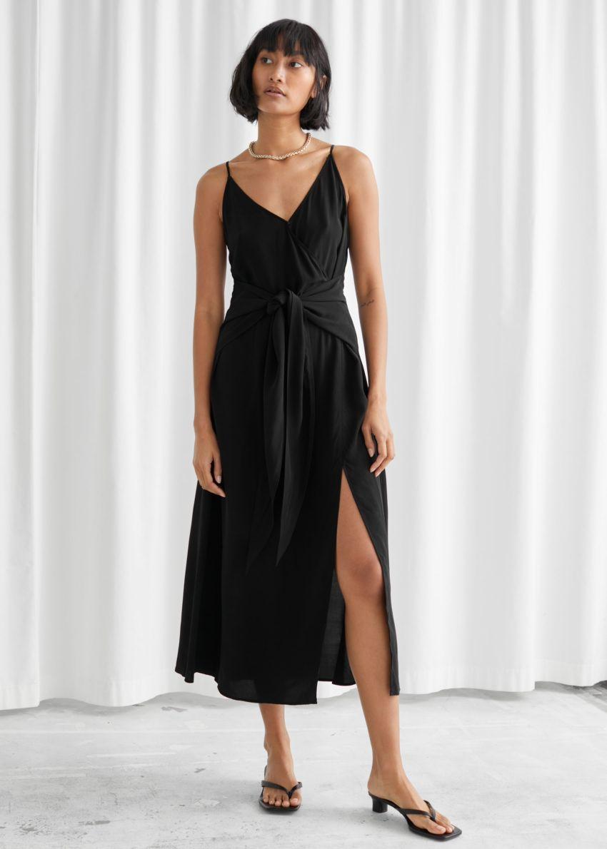 앤아더스토리즈 브이넥 웨이스트 타이 미디 드레스의 블랙컬러 ECOMLook입니다.