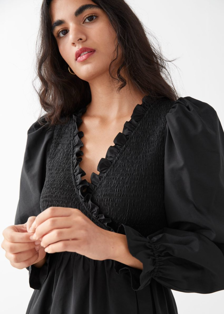 앤아더스토리즈 스모크 러플 미디 드레스의 블랙컬러 ECOMLook입니다.