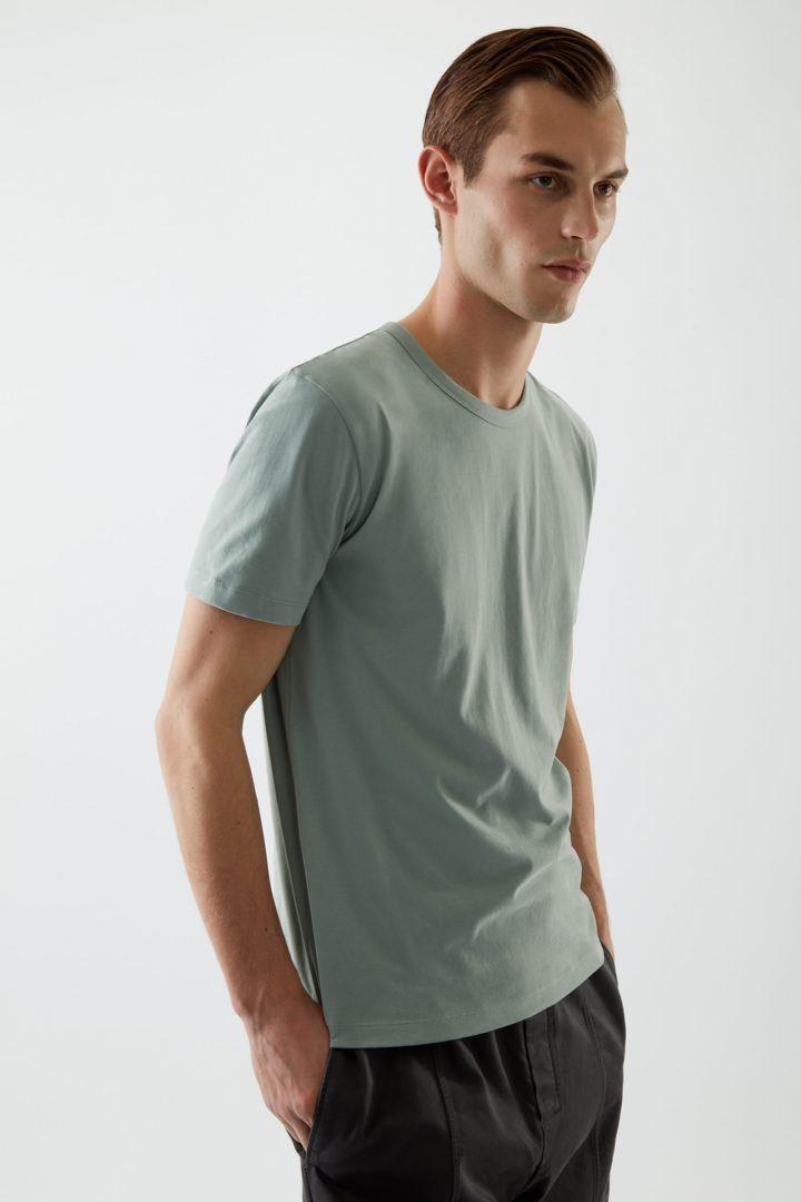 COS 브러쉬드 코튼 티셔츠의 더스티 그린컬러 ECOMLook입니다.