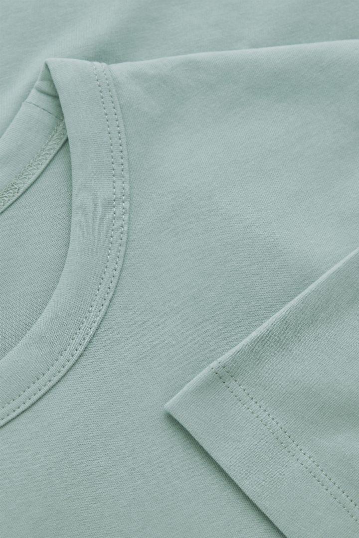 COS 브러쉬드 코튼 티셔츠의 더스티 그린컬러 Detail입니다.