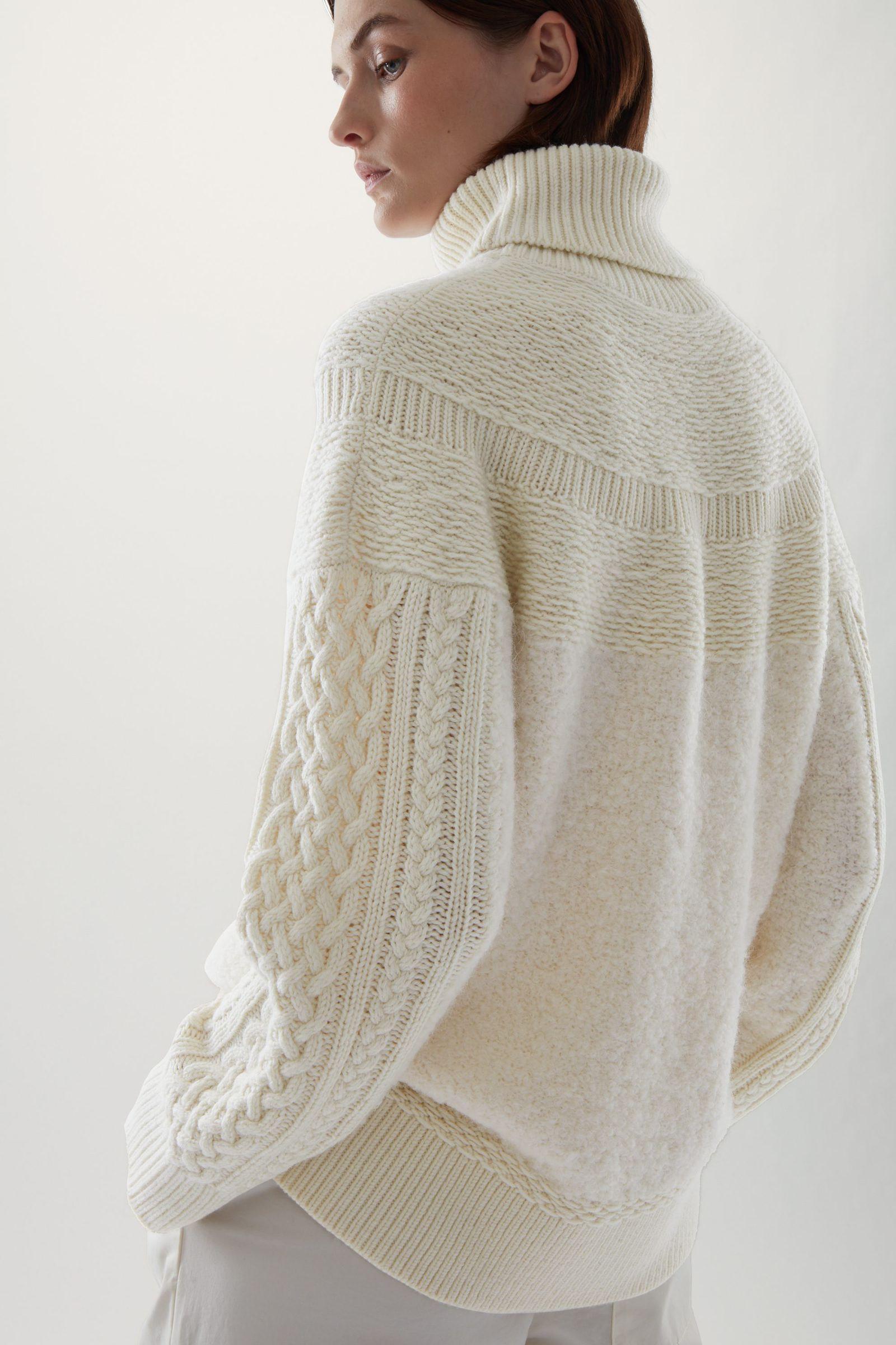 COS 니티드 울 알파카 스웨터의 화이트컬러 ECOMLook입니다.