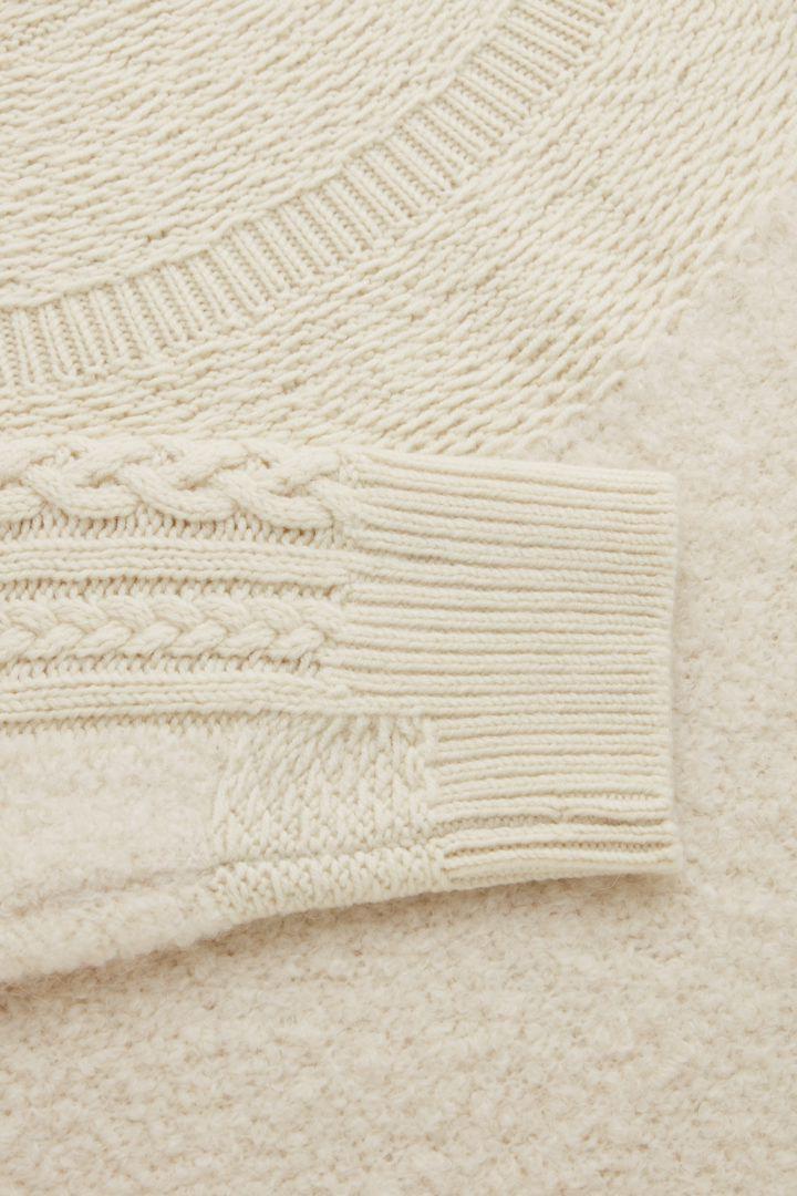 COS 니티드 울 알파카 스웨터의 화이트컬러 Detail입니다.