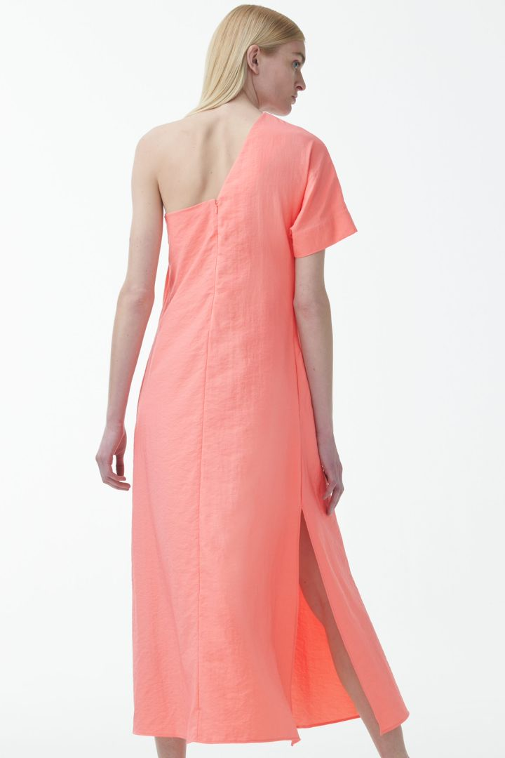 COS 애시메트릭 숄더 디테일 드레스의 핑크컬러 ECOMLook입니다.