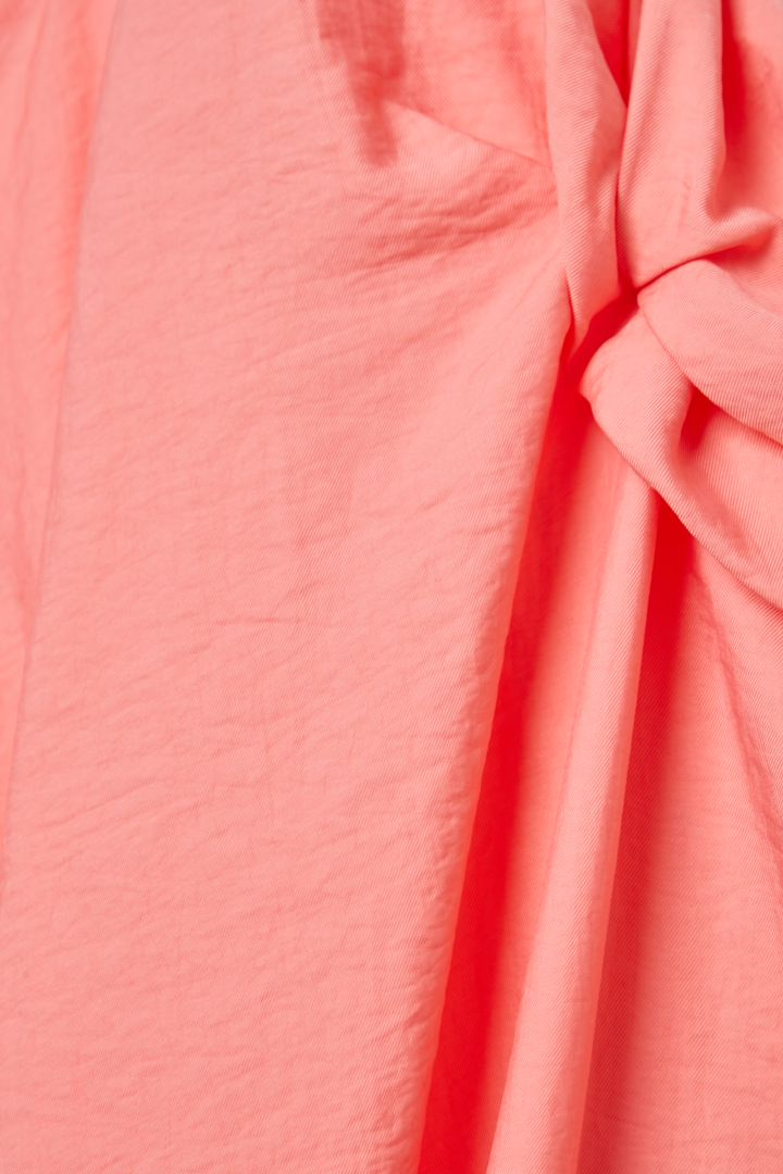 COS 애시메트릭 숄더 디테일 드레스의 핑크컬러 Detail입니다.
