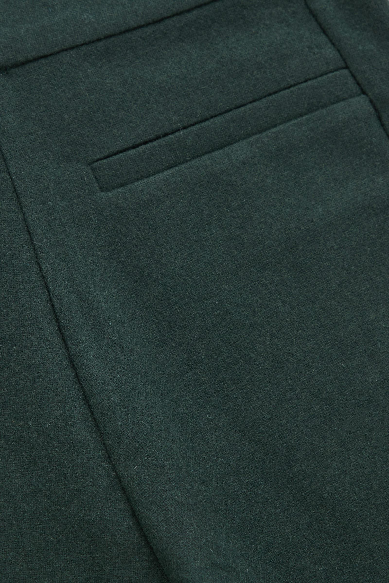 COS 레귤러 핏 울 트라우저의 다크 그린컬러 Detail입니다.